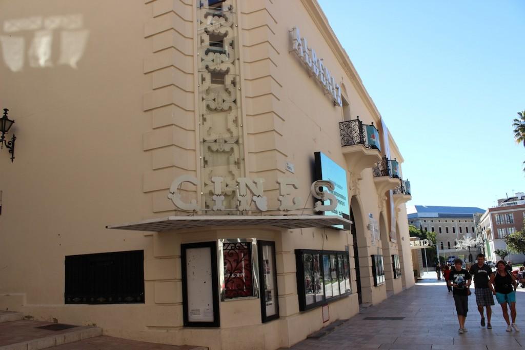 El Cine Albéniz es uno de los dos que aún se mantienen en el centro. / T.M.