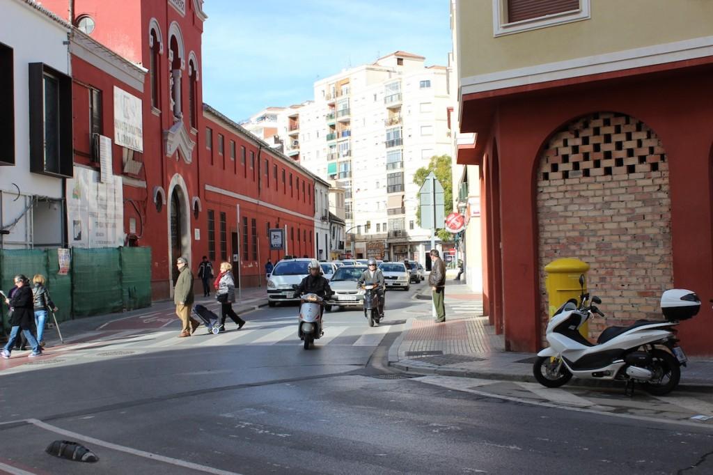 La calle Cruz del Molinillo, principal del barrio. / T.M.