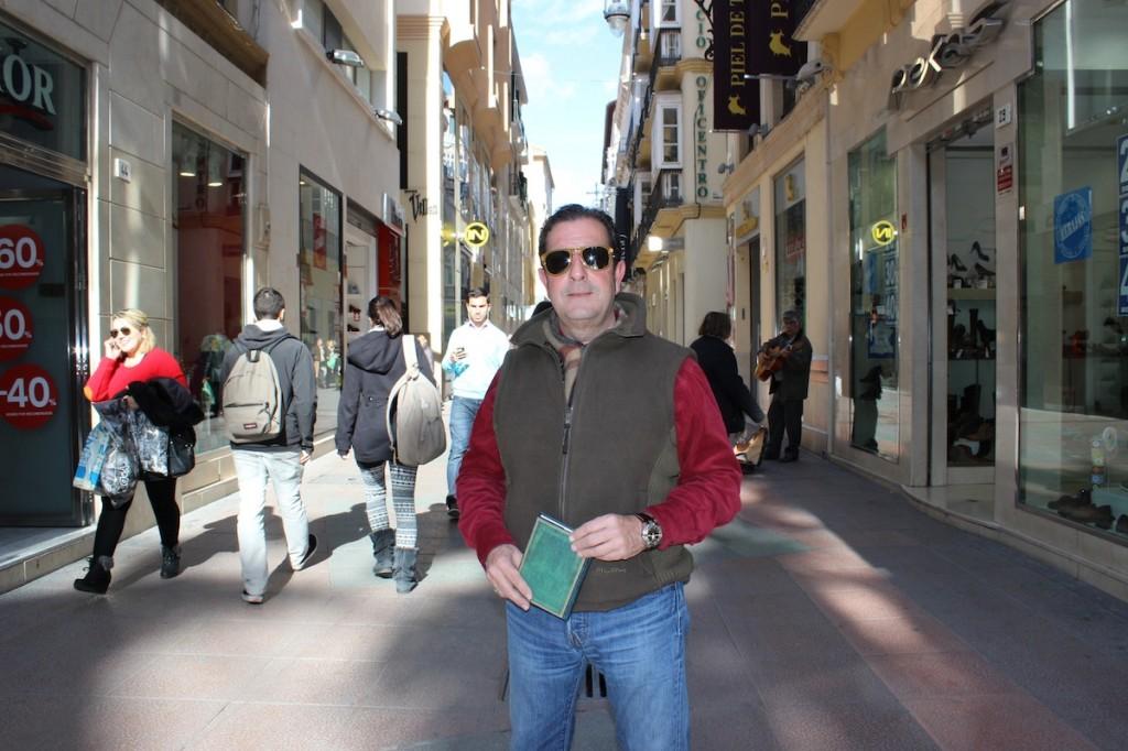 El presidente en funciones de la asociación de comerciantes, Juan Pablo Maqueda, en la calle Nueva. / T.M.