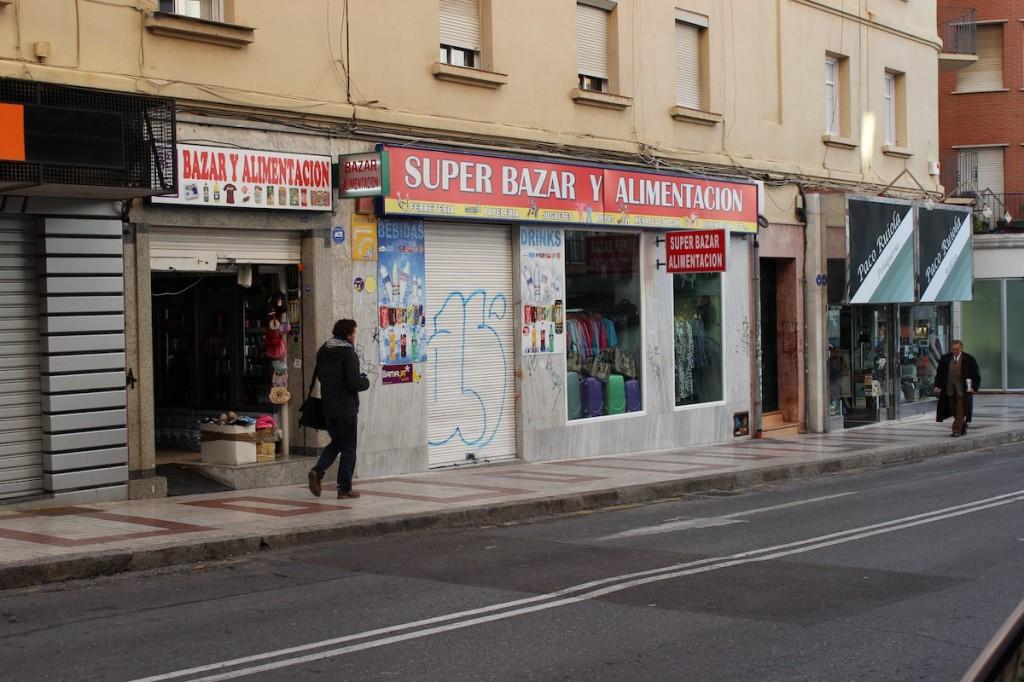 El bazar chino que sufrió anoche el ataque de un grupo de jóvenes. / T.M.