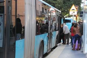 La rampa de acceso a los autobuses falla en muchas ocasiones. / T.M.