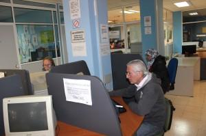 Personas consultando ofertas de empleo en el colectivo. / T.M.