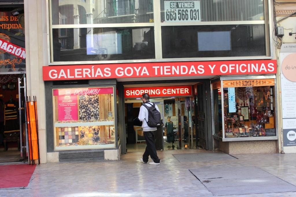 Entrada de las Galerías Goya en calle Calderería. / T.M.