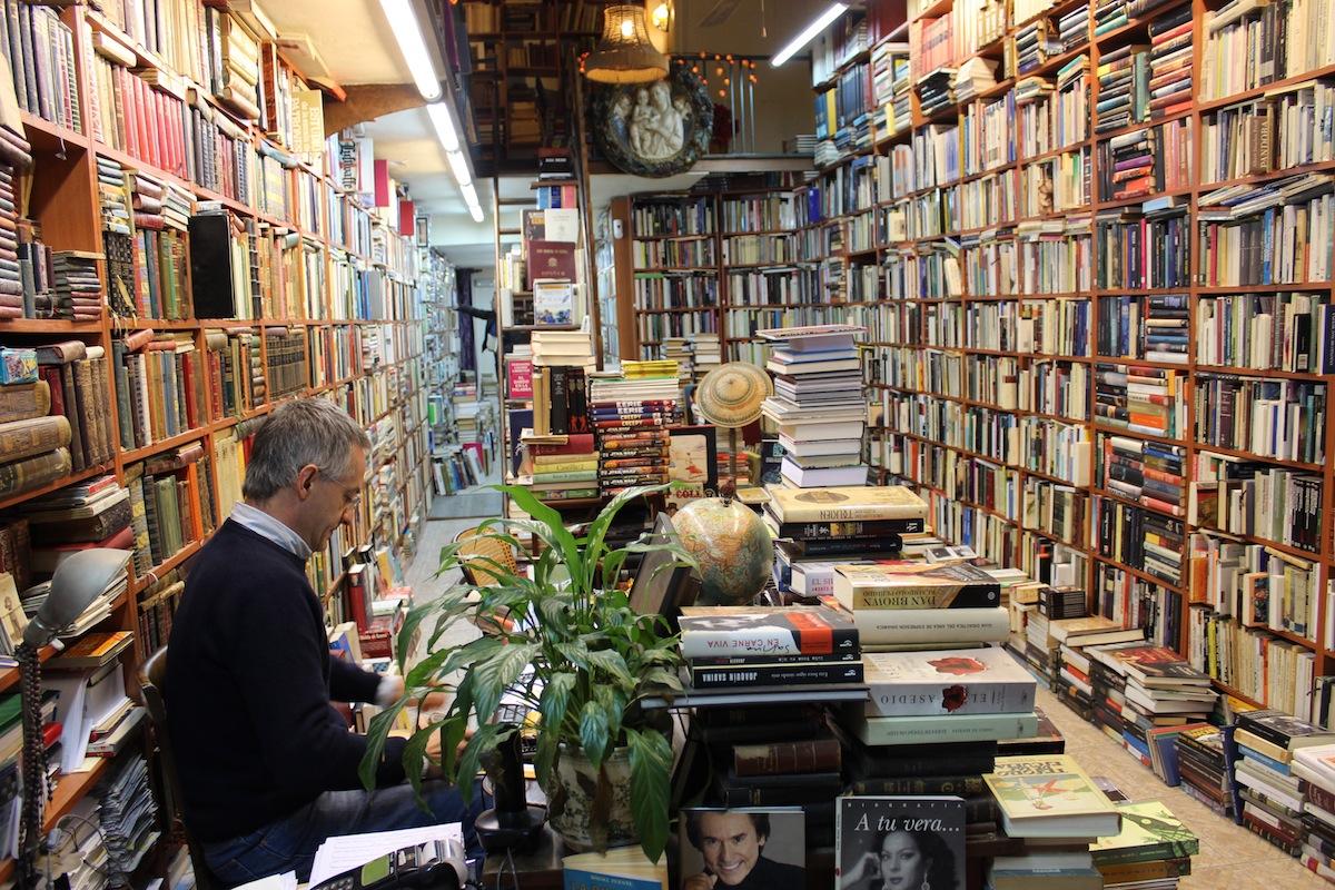 La librería Abadía, una de las señeras del centro, acumula 40.000 libros y 10.000 comics. / T.M.