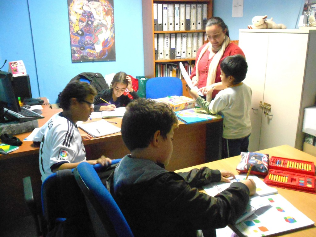 Niños en el programa de refuerzo escolar del colectivo. / Arrabal
