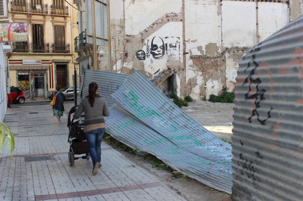 Una mujer se dispone a pasar con su hijo junto al solar en calle Gigantes. / T.M.