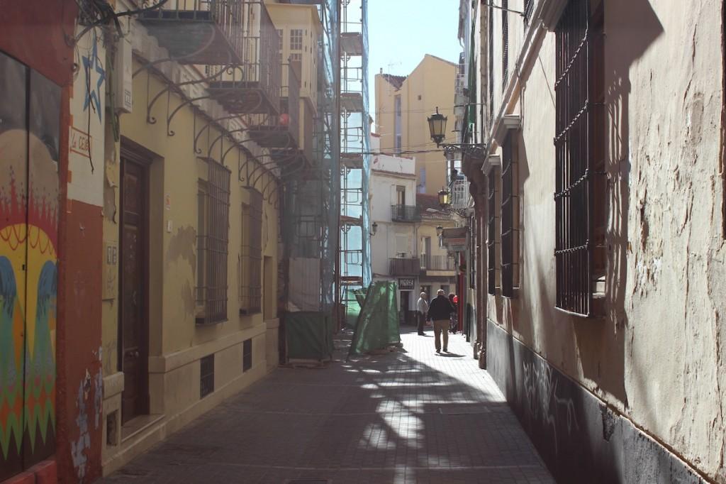 La calle Gaona mantiene la actividad por el histórico instituto. / T.M.