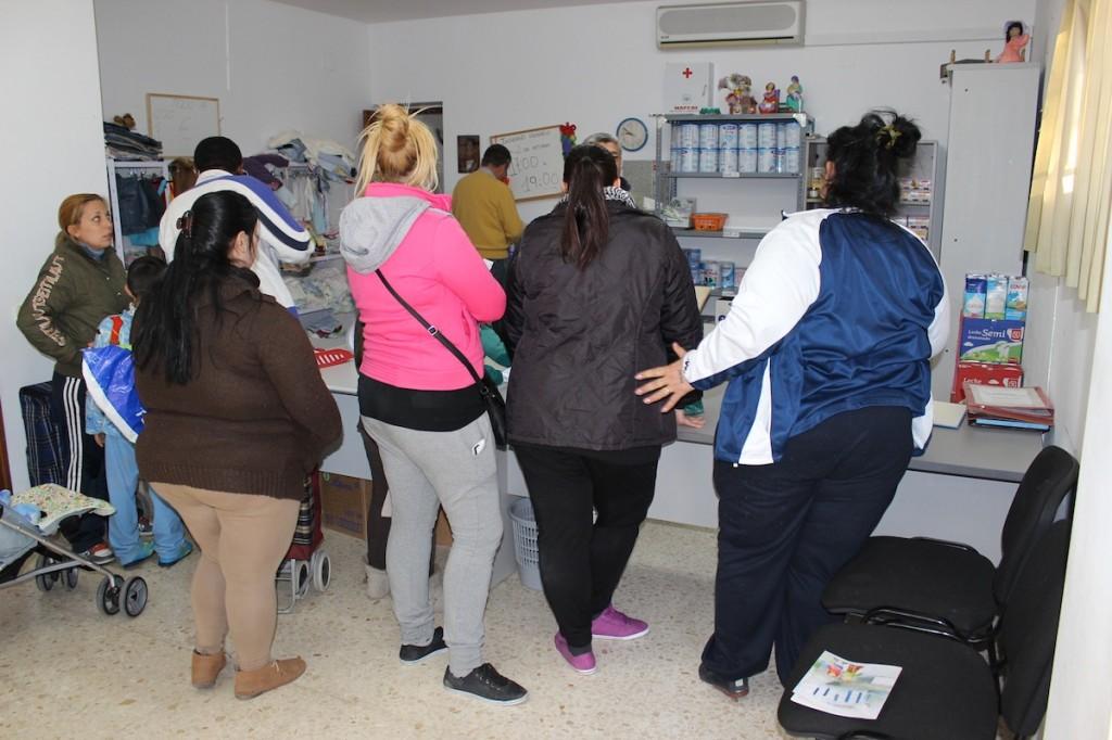 Madres aguardando para recibir la ayuda en El Biberódromo. / T.M.