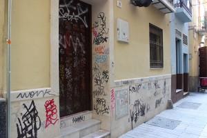 Un portal con numerosas pintadas en Beatas. / T.M.