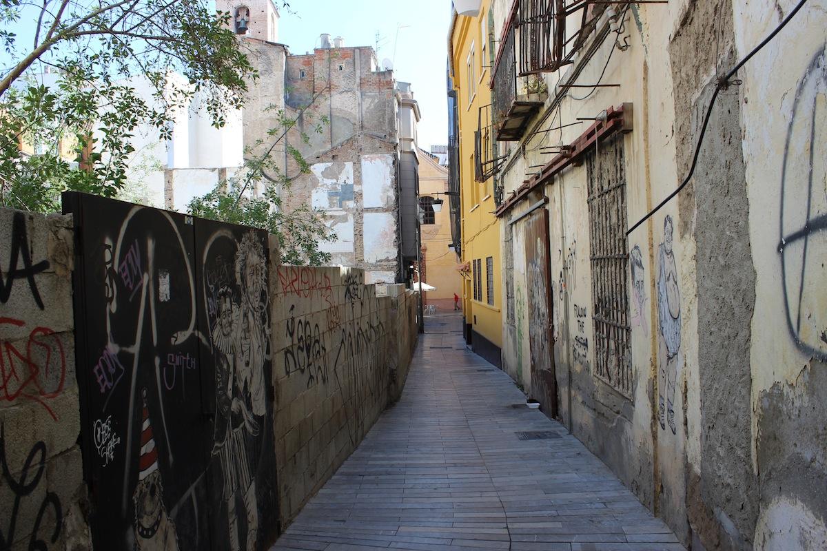 Entrada de Tomás de Cózar, con un edificio abandonado en muy mal estado. / T.M.