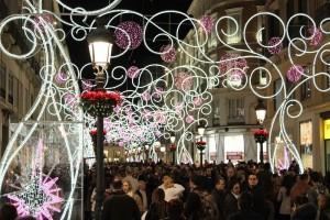 La calle, repleta de gente en Navidad.