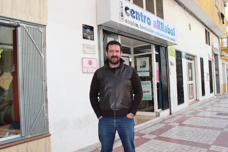 Enrique García, en la puerta de la sede de Arrabal en La Trinidad. / T.M.