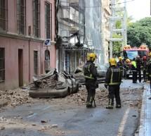 Una cornisa se desprende y destroza tres coches en El Ensanche, aunque sin heridos