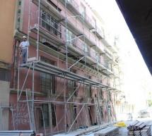 Comienza el arreglo del edificio dañado por el desprendimiento en calle Vendeja