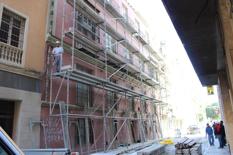 Los andamios ya están colocados frente a la fachada. / T.M.