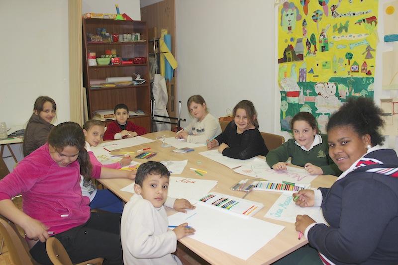 Niños en un taller de pintura de la asociación. / T.M.