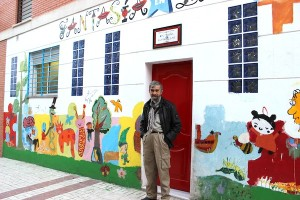 Miguel junto a la fachada de la asociación. / T.M.