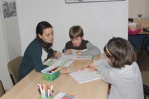 Una monitora junto a dos niños. / T.M.