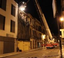El riesgo de derrumbe obliga a Bomberos a 'sanear' un tejado en Carretería