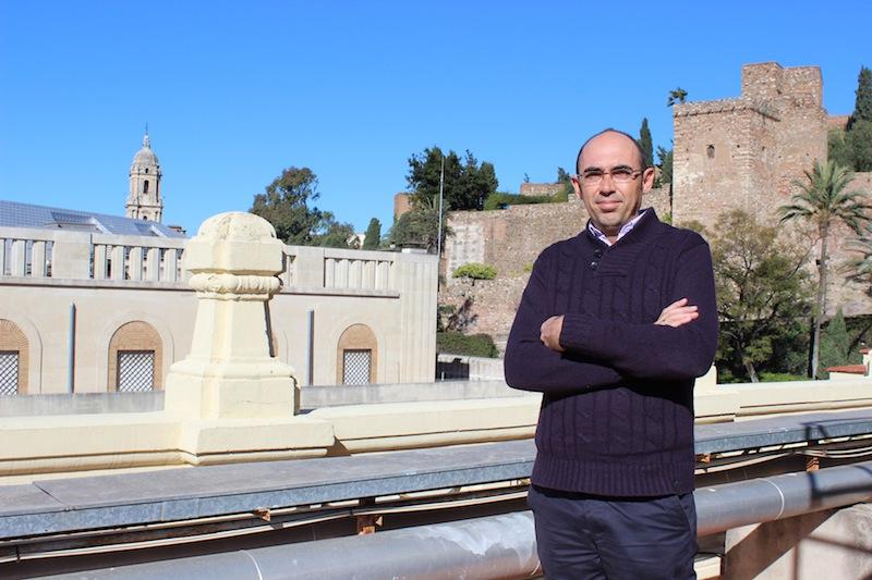 Eduardo Zorrilla, portavoz de IU, en la terraza del Ayuntamiento de Málaga. / T.M.