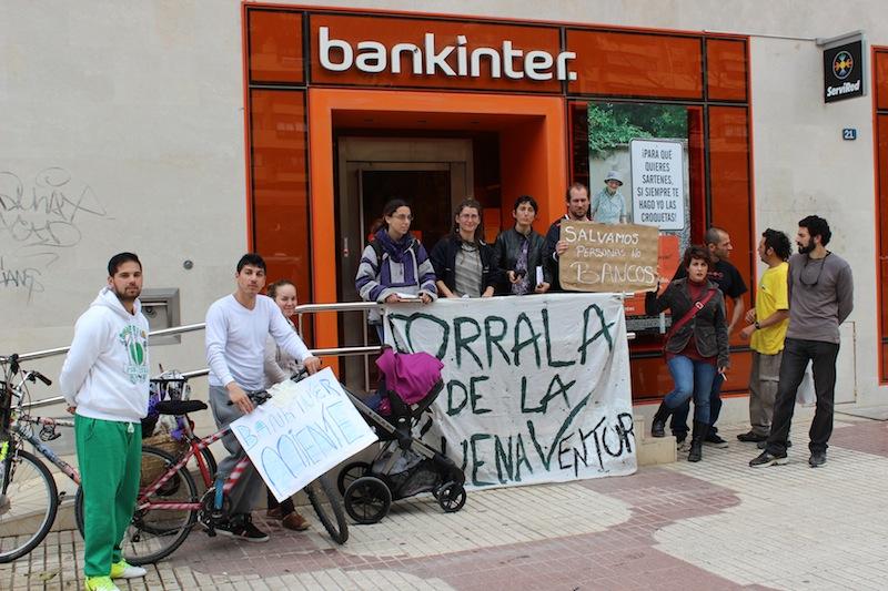 A las puertas de la sede de Bankinter en Avda. de Andalucía. / T.M.
