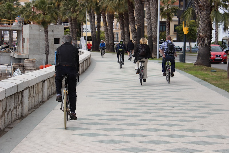 Ciclistas por el Paseo Marítimo Pablo Ruiz Picasso. / T.M.