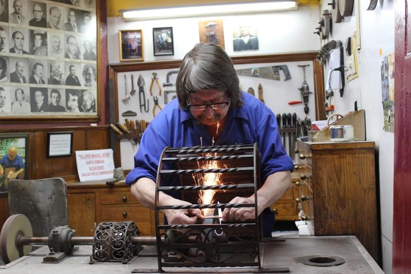 El afilador en pleno trabajo en su establecimiento en el Pasaje Chinitas. / J.M.