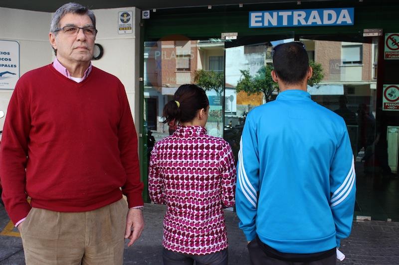 La joven pareja, de espaldas, junto a Juan Romero, presidente de la asociación vecinal. / T.M.