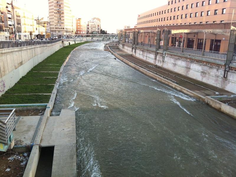 El río Guadalmedina, que divide el centro en dos. / T.M.