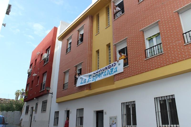 Las mujeres asomadas a los balcones y ventanas de las viviendas. / T.M.