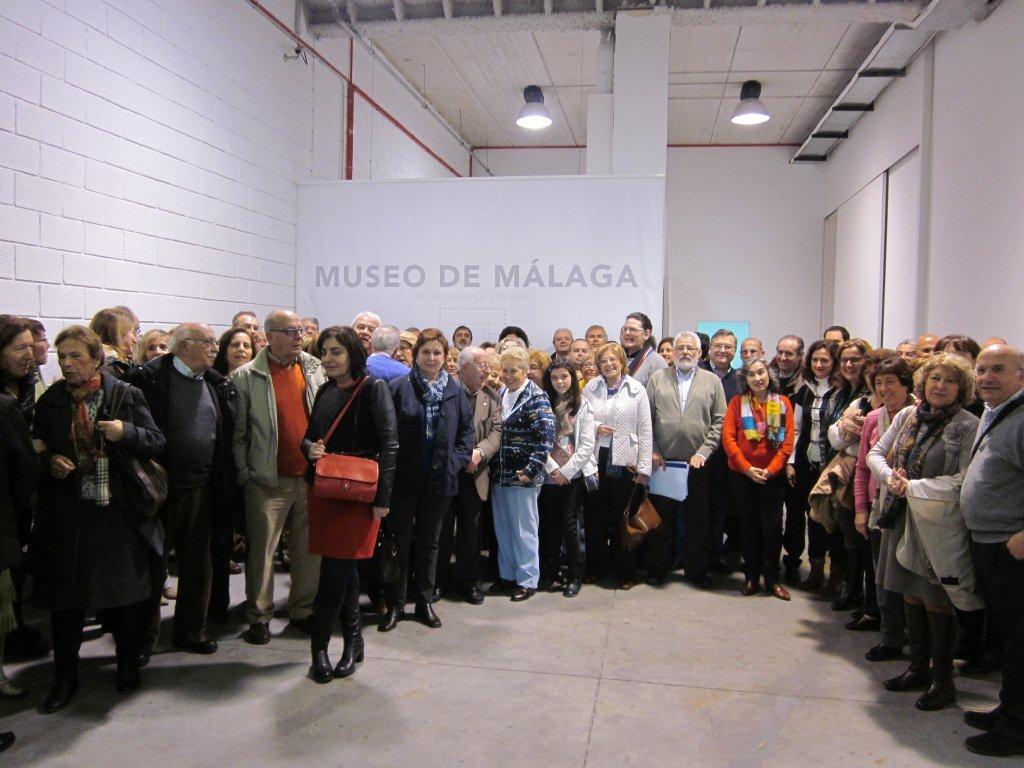 La asociación en una visita al almacén de obra del PTA.